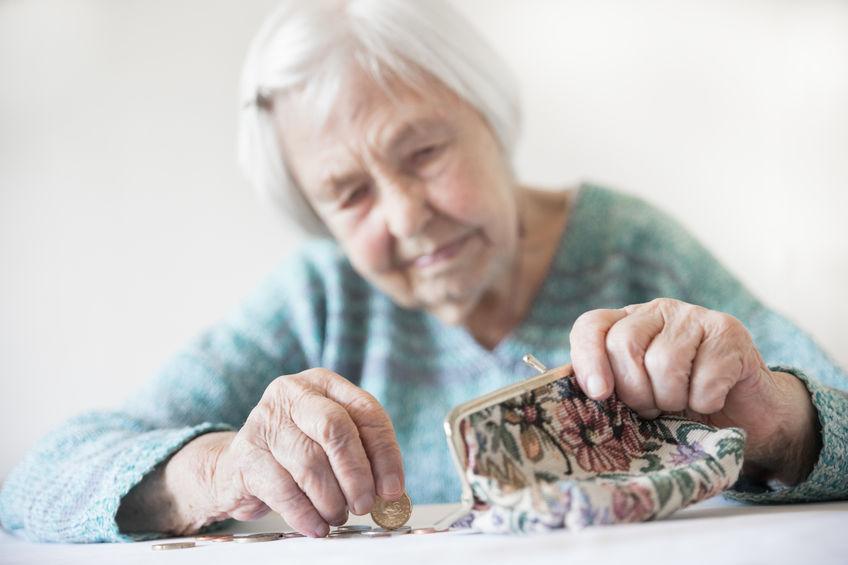 Seniorin mit leerem Geldbeutel - deshalb ist die Altersvorsorge ab 50 noch wichtiger