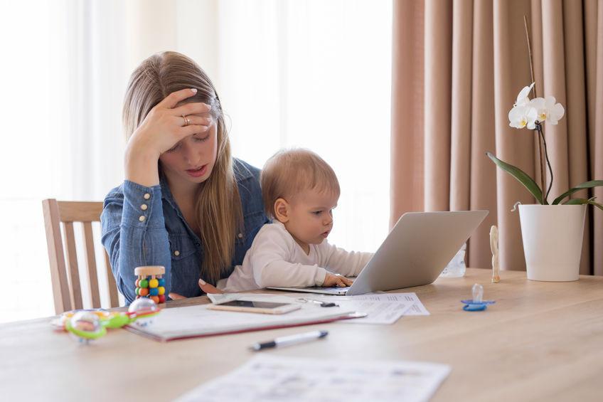Mutter mit Kind weiß nicht weiter. Altersvorsorge für Alleinerziehende ist wichtig.