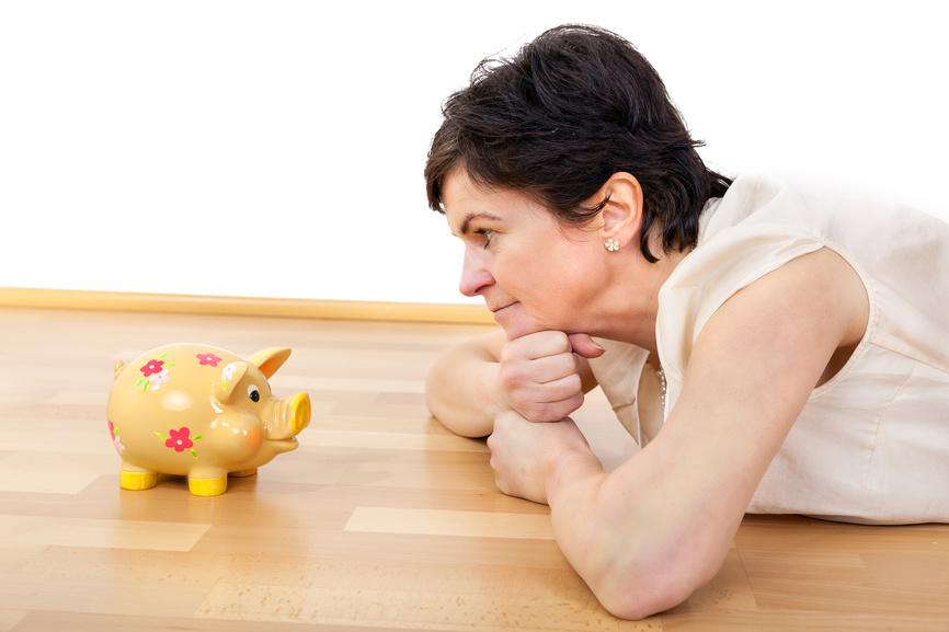 Frau mit Sparschwein - so schließt du die Rentenlücke