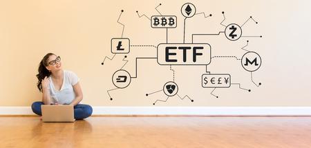 Frau investiert in ETFs