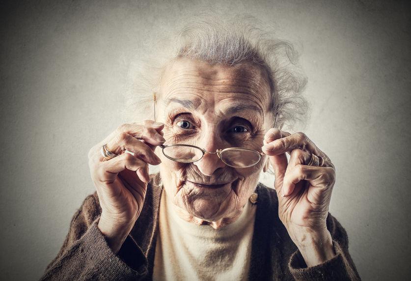 Seniorin, die kritisch schaut - Rieser-Rente
